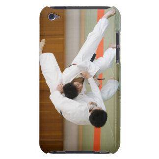 Två manar som konkurrerar i en Judomatch 2 Case-Mate iPod Touch Skydd