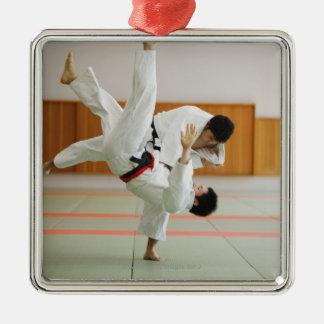 Två manar som konkurrerar i en Judomatch 3 Julgransprydnad Metall