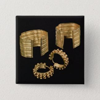 Två öppna facetted armband och en para av örhängen standard kanpp fyrkantig 5.1 cm