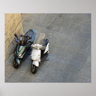 Två parkerade motoriska sparkcyklar vid väggen, Si Poster