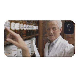 Två pharmacists framme av en hylla med tins iPhone 4 skal
