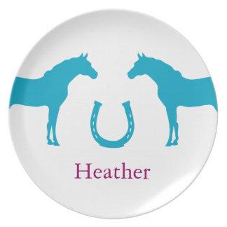 Två ponnyer och en hästsko tallrik