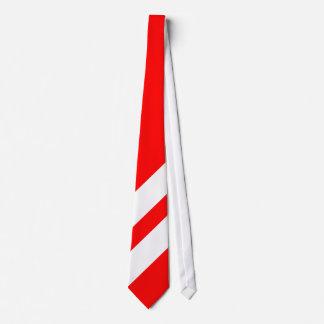 Två tjocka vitrandar på röd bakgrund slips