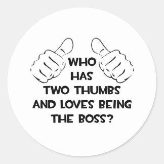 Två tum och kärlekar som är chefen runt klistermärke