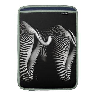 Två zebror i slut beskådar upp bakifrån sleeve för MacBook air