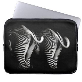 Två zebror i slut beskådar upp bakifrån laptopfodral