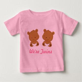 Tvilling- babybjörndesign i rosor på begynna tröja