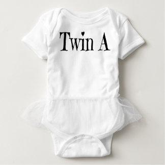 Tvilling- barnkläder - koppla samman en vit i ett t shirt