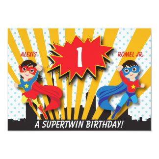 Tvilling- födelsedag för pojkeflickaSuperhero 12,7 X 17,8 Cm Inbjudningskort