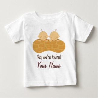 Tvilling- pojkepersonligbabyar i en jordnöt tee shirts