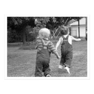 Tvilling- småbarn på lek vykort