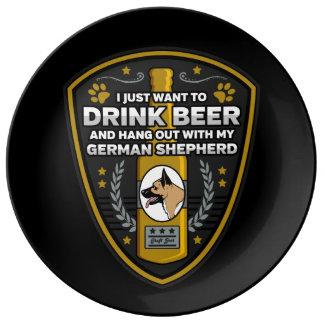 Tysk herde som jag önskar precis att dricka öl porslinstallrik