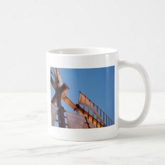 Uddtorskkvarn på solnedgången kaffemugg