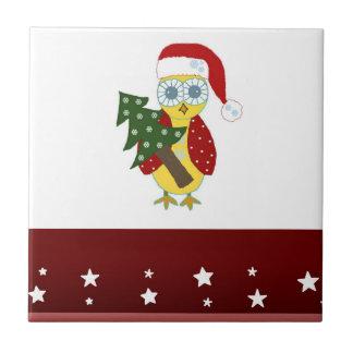 Uggla i en Santa hatt med julgranen Kakelplatta