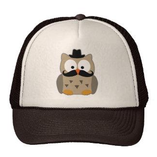 Uggla med mustasch och hatten kepsar