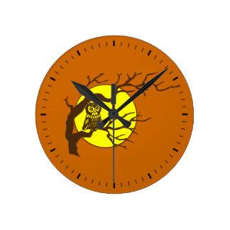 Uggla och måne rund klocka