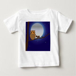 Uggla på en gren tee shirts