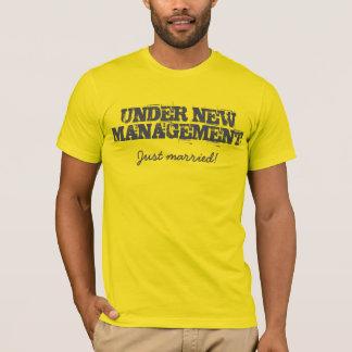 Under ny ledning. Ny gifta! T-tröja Tee Shirt