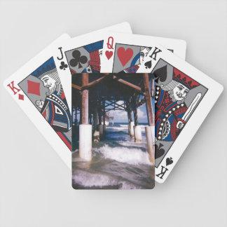 Under pir som leker kort spelkort