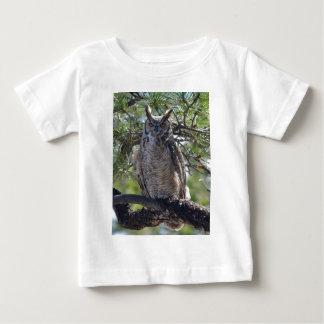 Underbar Horned uggla i träd T Shirts