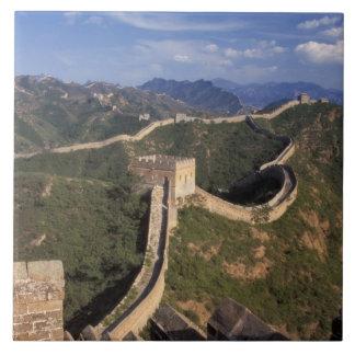 Underbar vägg som lindar till och med berg, kakelplatta