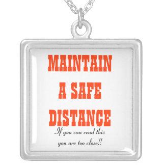 Underhåll ett säkert avståndshalsband silverpläterat halsband