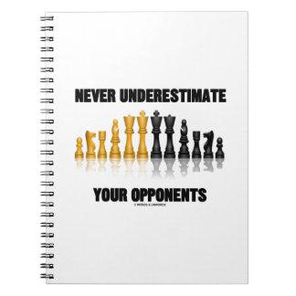 Underskatta aldrig dina motståndarear (schackuppsä anteckningsbok med spiral