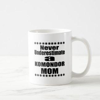 Underskatta aldrig KOMONDOR-mamman Kaffemugg