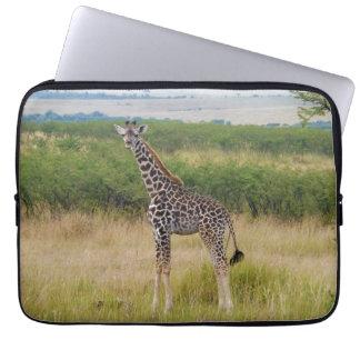 Ung afrikansk giraff i kenyansk Savannahplats Laptop Sleeve