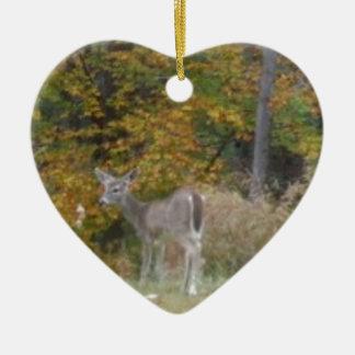 Ung Bambi hjort med nedgångtrees. Hjärtformad Julgransprydnad I Keramik