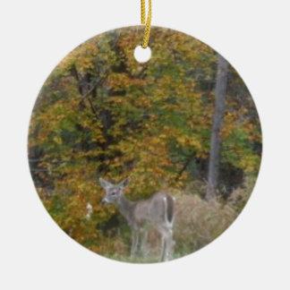 Ung Bambi hjort med nedgångtrees. Rund Julgransprydnad I Keramik