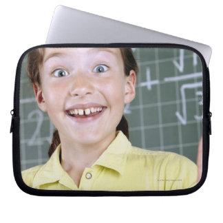 ung flicka framme av blackboarden som har idé laptop sleeve