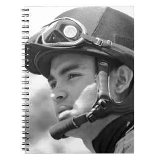 """Ung Jockeyförnimmelse """"Luis Saez"""" på Saratoga Anteckningsbok Med Spiral"""