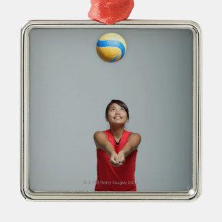 Ung kvinna som leker med volleyboll julgransprydnad metall
