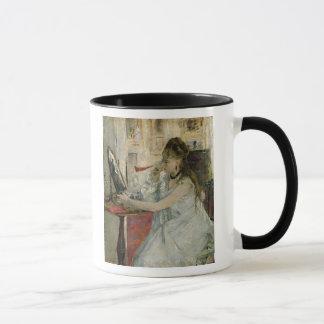 Ung kvinna som pudrar henne ansikte, 1877 mugg