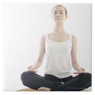 ung kvinnaskönhet, yoga kakelplatta