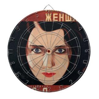 Ung rysk kvinna för dåliga darttavla