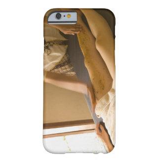 Unga kvinnan som den har, lägger benen på ryggen barely there iPhone 6 skal