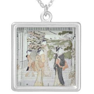 Unga kvinnor med en basket av chrysanthemums silverpläterat halsband