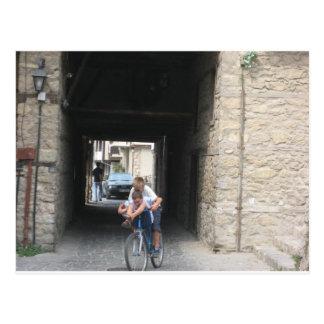 Ungar på cyklar vykort