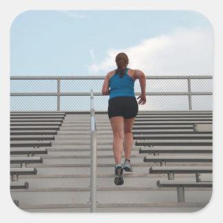 ungt kvinnaspring kliver upp fyrkantigt klistermärke