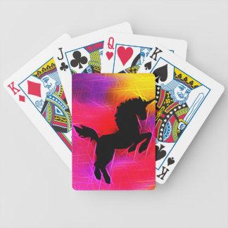 Unicorn för fantasilighteninghimmel som leker kort spelkort