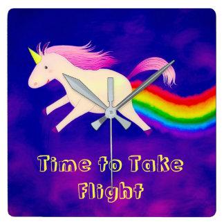 Unicornen och den färgrika väggen för regnbåge tar fyrkantig klocka