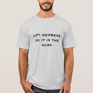 Upi-medlemmar gör det i mörken t-shirt