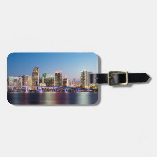Upplyst horisont av i stadens centrum Miami på sky Bagagebricka