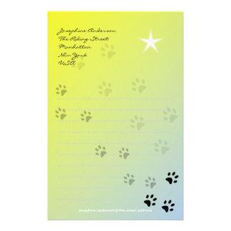 Uppnosiga kattfotspår med gul bakgrund brevpapper
