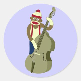 Upprätt bas- spelare för sock monkey runda klistermärken