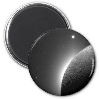 Ursnygg NASA avbildar, månen som tändas av Magnet