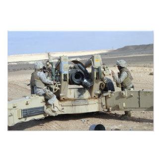 Us-flottor förbereder sig att avfyra en howitzer fotografiska tryck