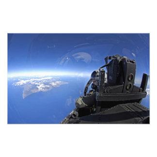 Us-flygvapenkaptenen ser ut över himmlen fototryck